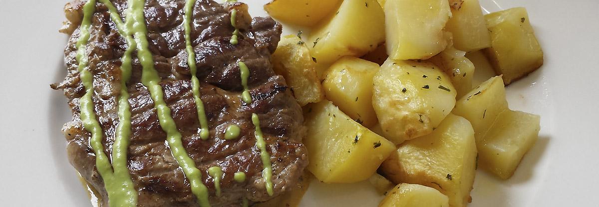 solomillo-patata-salteadad-salsa-guisantes-magno-suites